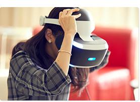 PlayStation®VRを装着する真山りか。