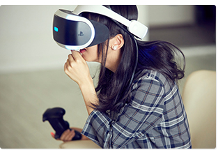 「VR Luge」をプレイする真山りか。