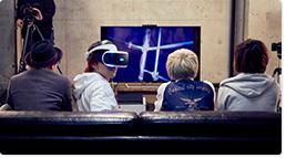 PS VRを装着して「Ocean Descent(オーシャン ディセント)」を楽しむ寺中友将(Vo, G)。
