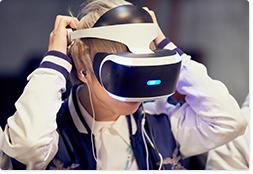 PS VRを装着する八木優樹(Dr, Cho)。