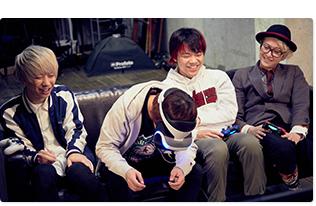 「VR Luge(VR リュージュ)」をプレイする首藤義勝(Vo, B / 写真左から2番目)。