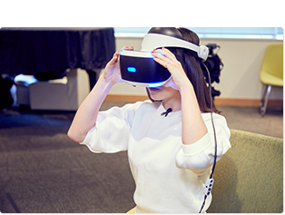 慣れた手つきでPS VRを装着。