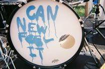 """お蔵入りになった「CAN """"NEW"""" FEEL IT」と書かれたバスドラム。この写真を撮影する粕谷哲司(Dr)の姿は本文中に。"""