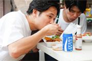 メキシカンチリのランチボックスを食べる粕谷哲司(Dr)。ドリンクはもちろんポカリスエット。