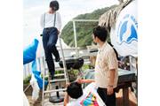 脚立に登った角舘健悟(Vo, G)を撮影する粕谷哲司(Dr)。このときの写真はフォトギャラリーに。