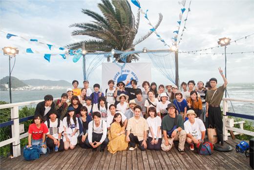 ミュージックビデオ撮影後の出演者たちによる集合写真。