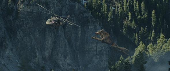 映画「ランペイジ 巨獣大乱闘」より。ヘリコプターに飛びかかるオオカミのラルフ。