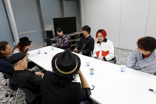 対談するBARBEE BOYSとOKAMOTO'S。