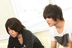 左から辻村有記(Vo, G / HaKU)、安島裕輔(Vo, G, Syn / The Flickers)