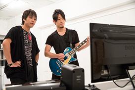 取材を忘れ夢中になってギターを弾く2人。