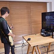 「ロックスミス2014」に新たに搭載された「セッションモード」を体験中の古村大介。