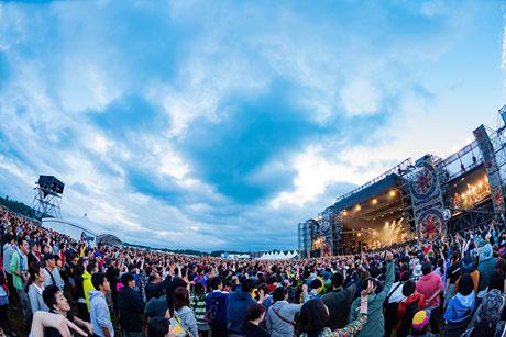 「RISING SUN ROCK FESTIVAL」会場の様子。(Photo by n-foto RSR team)