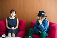 左から斉藤由貴、KERA。