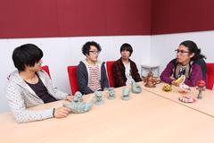 左から森野光晴(B)、木村浩大(Dr)、藤森元生(Vo, G)、片桐仁。