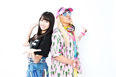 左から佐々木彩夏、DJ KOO。