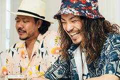 左からキヨサク(MONGOL800)、松本健太(WANIMA)。