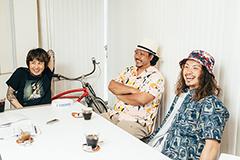 左から横山健、キヨサク(MONGOL800)、松本健太(WANIMA)。