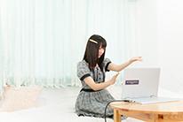 黙々とKAGURAを演奏する宮内桃子。