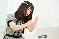 徐々にKAGURAの演奏に慣れてきた宮内桃子。