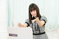踊るようにKAGURAを演奏する宮内桃子。