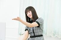 優しくタッチするようにKAGURAを演奏する宮内桃子。