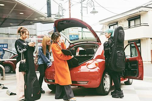 HARUNA(Vo, G)の車でスタジオに到着したSCANDAL。