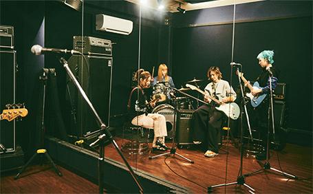 スタジオでセッションするSCANDAL。
