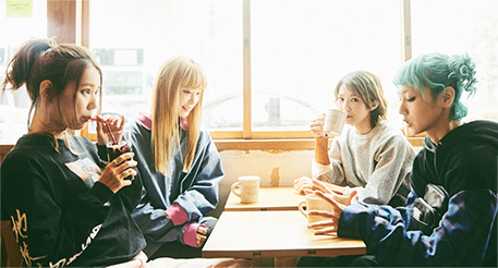 お気に入りのカフェでミーティングをするSCANDAL。