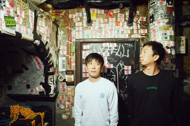 左から庵原将平(Vo, B)、松崎兵太(G, Cho)。