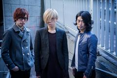 左から大貫朋也(Dr)、松本明人(Vo, G)、村田智史(B)。