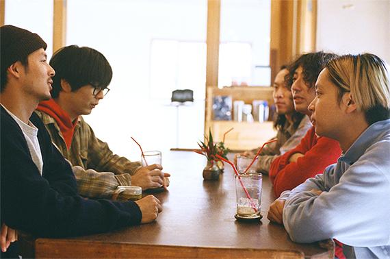 松島大介はアジアツアーから帰ってきたばかりのシャムキャッツに「ツアーはどうだったの?」と興味津々。自身も買い付けなどで海外に行くことが多いという。