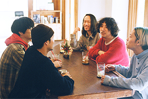 松島大介と語らうシャムキャッツメンバー。このテーブルはPADDLERS COFFEEを幡ヶ谷に開店する前から松島が持っていたものだという。
