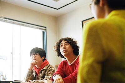 藤村頼正と勢井彩華は大学の同期で専攻も同じ。グループワークで「桃尻ムチ太郎」を作って以来の仲。