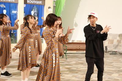 須田亜香里に振り付けを指導するTOMO。途中、「いいねー!」とべた褒めする場面も。
