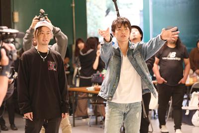 真剣な表情でSKE48の踊りを確認するTOMOとKENZO。