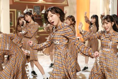 堂々としたキレのある踊りでメンバーを引っ張る須田亜香里(中央)。