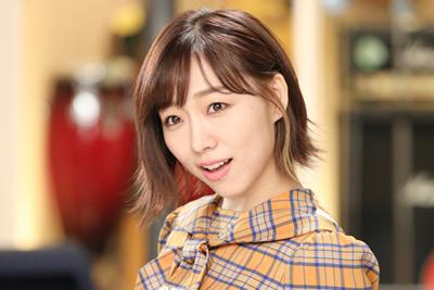 須田亜香里はモニタに映る自分の姿をチェックしつつ、スタッフの指示に応えて表情を変化させていた。