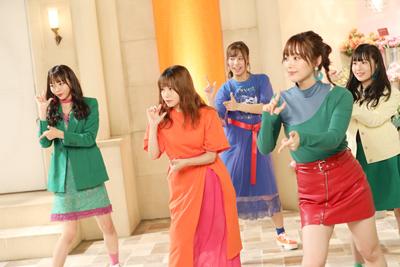 生花店のセットの前でキュートなダンスを踊る花チーム。