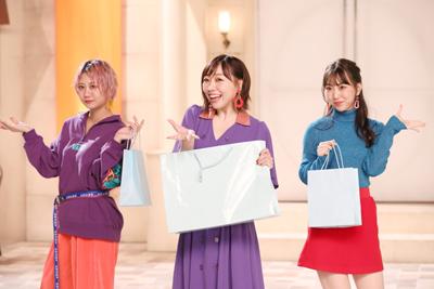 紙袋を持って華麗なダンスを踊るブティックチームの古畑奈和、須田亜香里、熊崎晴香。
