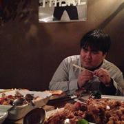 高カロリーな食べ物を前に目をギラつかせる澤部渡。
