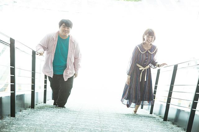 左から澤部渡(スカート)、Kaede(Negicco)。