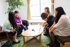 左から寺嶋由芙、小林幸子、やよい(B, Cho)、まり(Vo, G)、みずえ(Dr, Cho)。