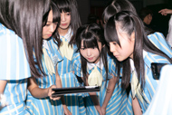 iPadで自分たちのパフォーマンス映像をチェックするSTU48メンバー。