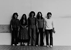 シュガー・ベイブ第1期メンバー。左から村松邦男、大貫妙子、鰐川己久男、山下達郎、野口明彦。