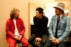 左からベニー・シングス、大橋卓弥、常田真太郎。