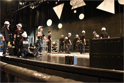 ステージではセットを吊るす準備が進む。
