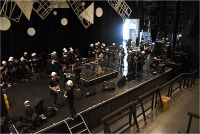 ステージ上では数十人のスタッフが同時進行で準備中。