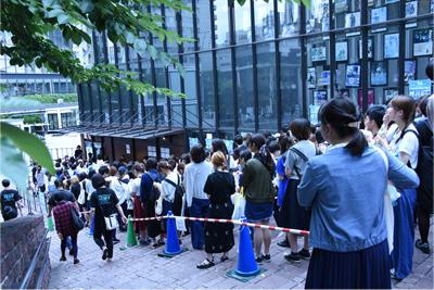 会場外に並ぶ観客たち。
