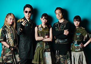 左から坂本遥奈、NAKATA、秋本帆華、FISHBOY、咲良菜緒。