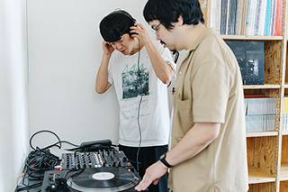 「SL-1200MK7」でレコードを試聴中の角張渉と高橋一(思い出野郎Aチーム)。